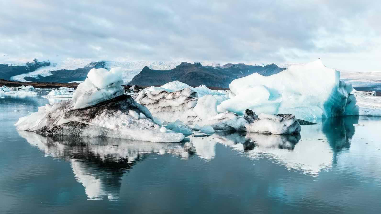 Icebergs inside the glacial lagoon Jökulsárlón at the head of the Breiðamerkurjökull glacier in the Vatnajökull National Park UNESCO World Heritage Site, Iceland.